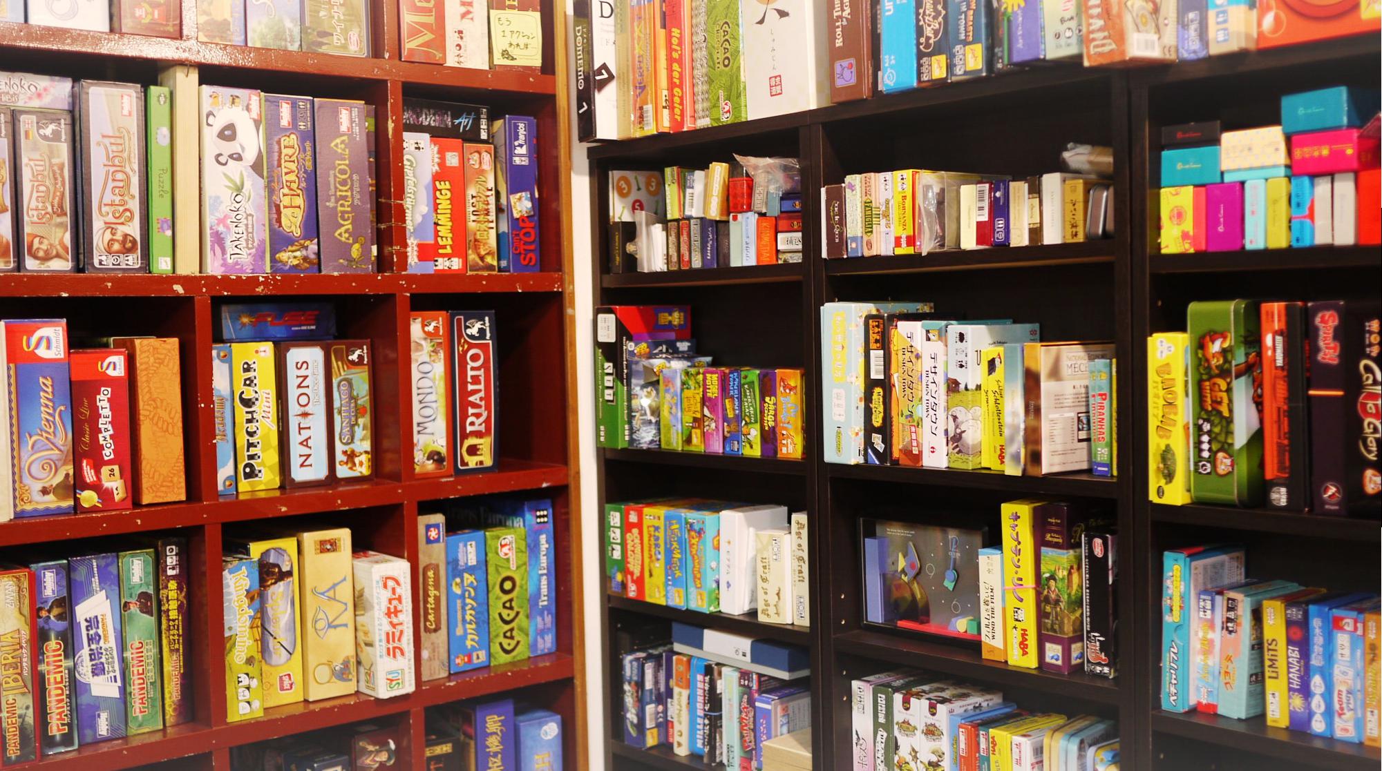 ひっそりと遊べる場所、はじめます - 世界中から集めた600種類のボードゲームが揃っています。